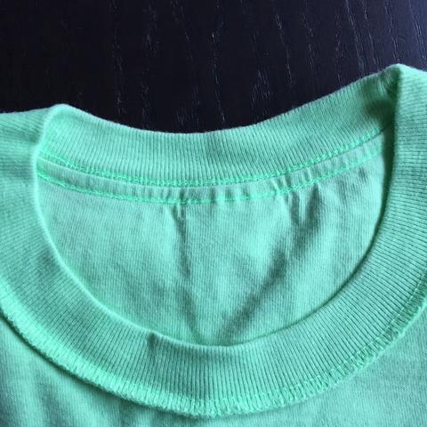 Hier das Foto mit dem Stoff am Kragen - (Mode, Kleidung, T-Shirt)