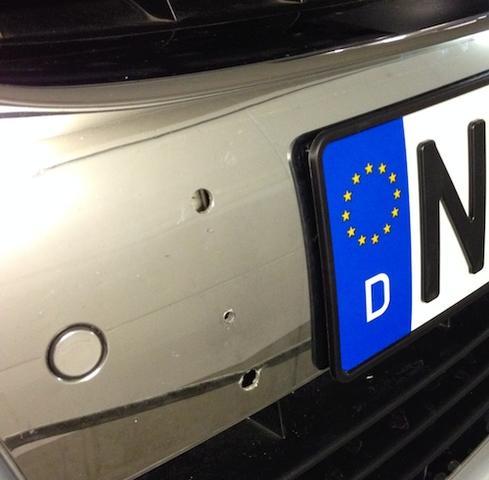Bild 2 - (VW, Loch, Kennzeichen)