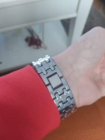 Wie öffnet man das Armband dieser Uhr?