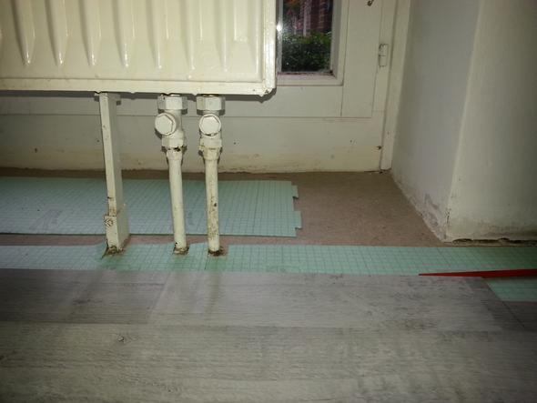 wie passe ich das laminat den heizungsrohren an laminat schneiden heizungsrohr laminat. Black Bedroom Furniture Sets. Home Design Ideas