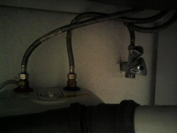 wie schlie e ich die wasserzufuhr in den boiler wasserhahn. Black Bedroom Furniture Sets. Home Design Ideas