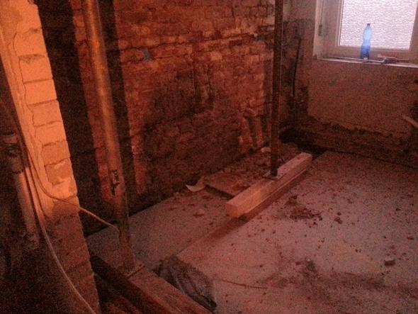 Auch Bad, Küche sieht genauso nackt und kaputt aus - (Versicherung, Wasserschaden)