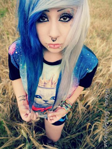 Blauer Seitenscheitel - (Haare, Farbe, blau)