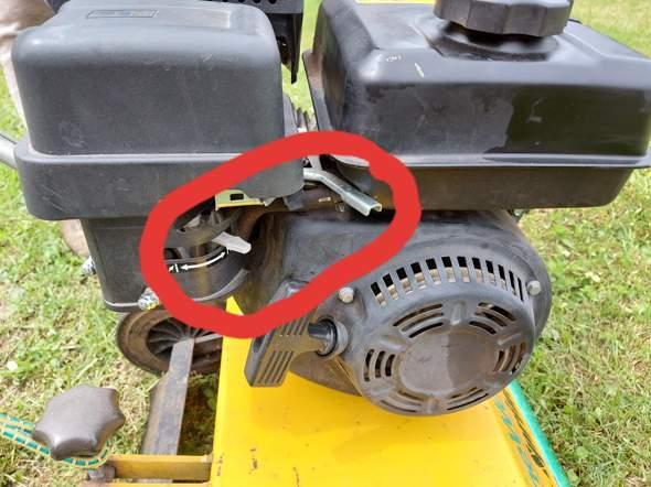 Wie startet man den Motor von diesem Benzin-Vertikutierer Grüne Welle Sprint B4-450 und welche Funktionsweise haben die 2 Schalter?