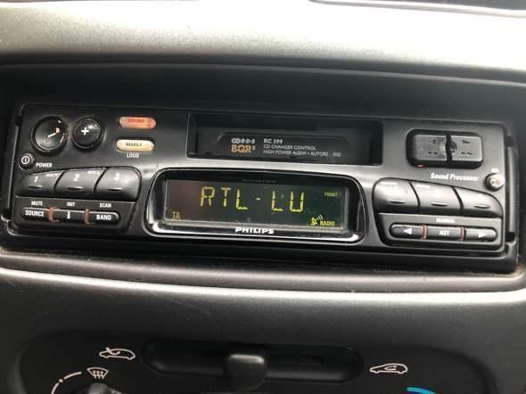 Wie stelle bei meinem Autoradio ich manuell eine freie Frequenz ein?