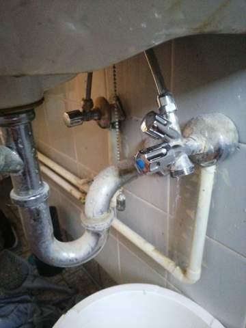Wie stelle ich den Wasserzugang für die Waschmaschine ab?