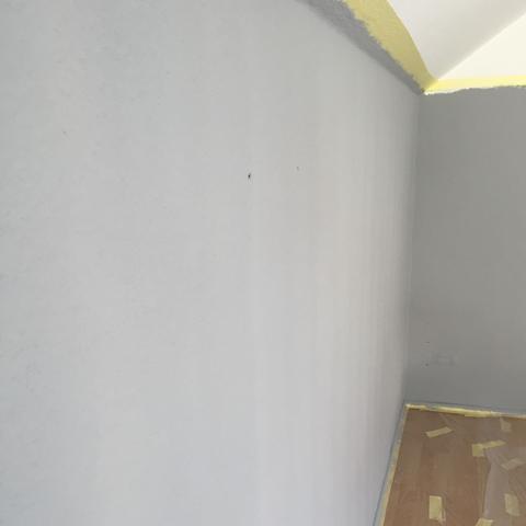 wie streiche ich eine farbige wand streifenfrei. Black Bedroom Furniture Sets. Home Design Ideas