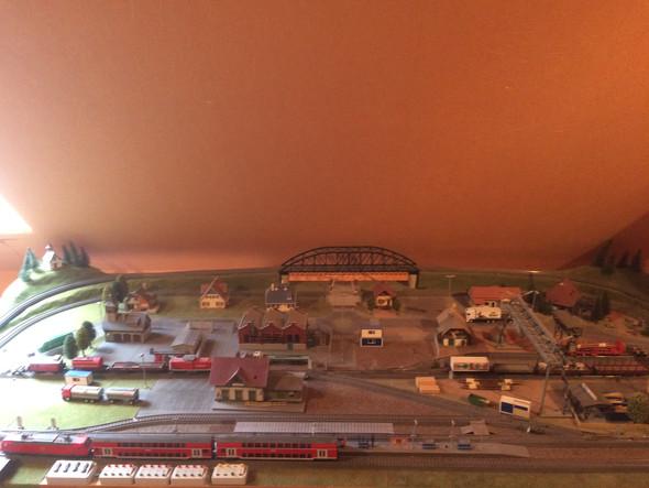 Eisenbahn auf Platte angebracht - (Elektronik, Spielzeug, sammeln)