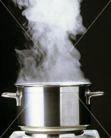 Wie viel Milliliter Wasser muss man in einen Kochtopf ohne Deckel füllen , damit es nach dem Erwärmen auf 100 Grad immer noch 1000 Milliliter sind?
