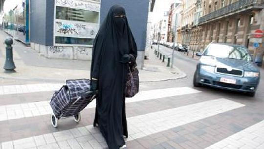 wie viele burka tr gerinnen leben in deutschland islam schleier frauenkleidung. Black Bedroom Furniture Sets. Home Design Ideas