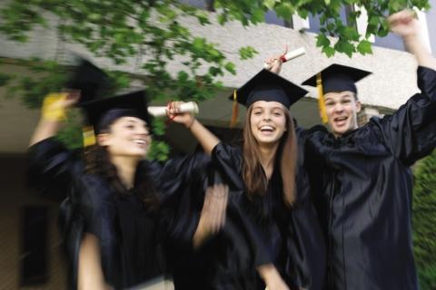 Wie werden die Studenten in den USA, die komische eckige Mützen tragen genannt?