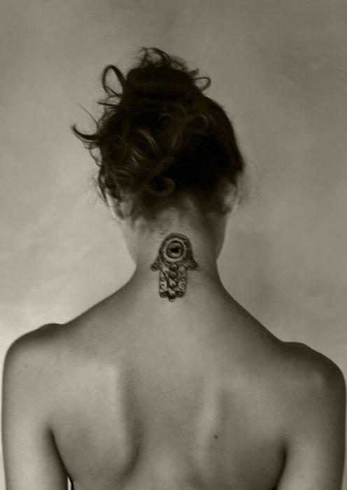 wie w rdet ihr das tattoo finden hinten im nacken xyx. Black Bedroom Furniture Sets. Home Design Ideas
