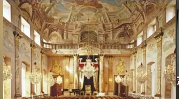 Wie würdet ihr diesen Saal  beschreiben?