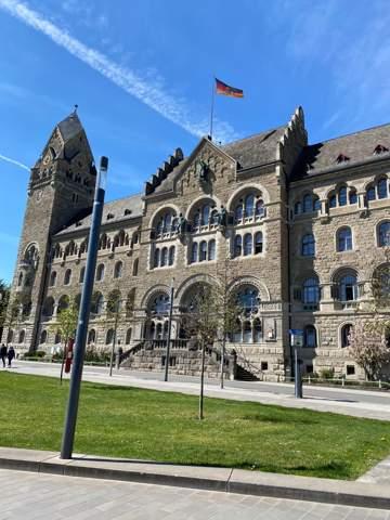 Wieso hängen Deutschland Flaggen an Oberlandesgerichten/Gerichten?