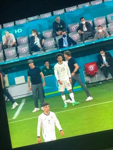 Wieso kleidet sich Jogi Löw und seine Co Trainer gleich?
