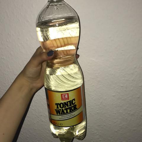 wieso wird tonic water gelblich gesundheit chemie getr nke. Black Bedroom Furniture Sets. Home Design Ideas