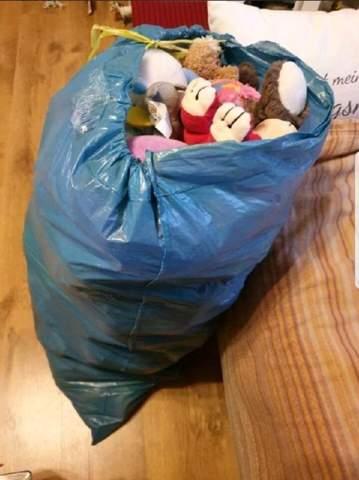Wird ein blauer Sack neben der Mülltonne mitgenommen?