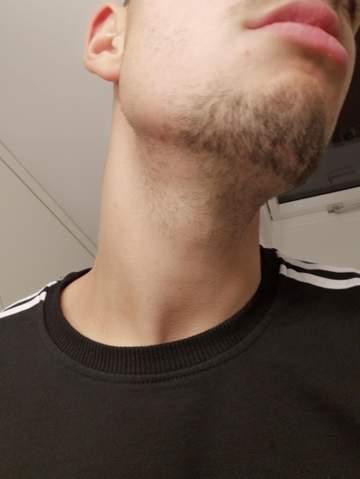 Durch rasur bartwuchs dichterer Schnellerer Bartwuchs