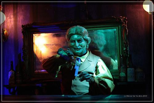 "Barkeeper im ""Phantom Manor"" in Disneyland Paris - (Mode, Fashion, Western.)"