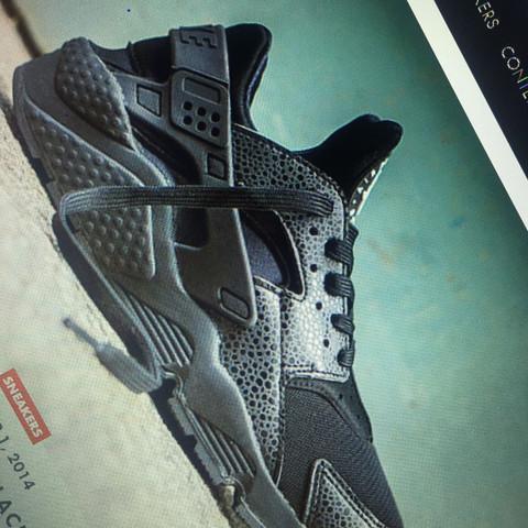 Diese Schuhe mit den Schlangen ähnlichen Muster  - (Schuhe, Nike, Sneaker)