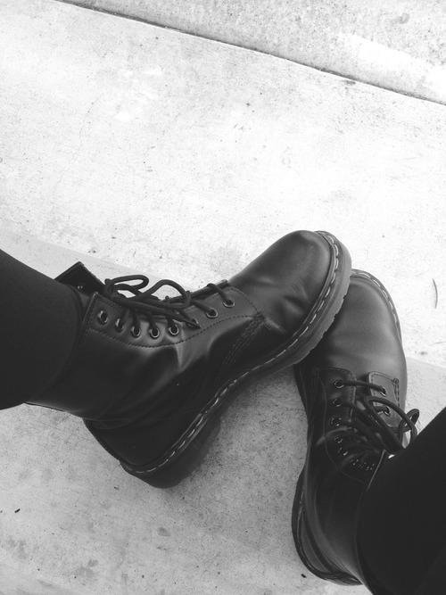wo bekommt man solche schuhe schwarze boots stiefel her. Black Bedroom Furniture Sets. Home Design Ideas