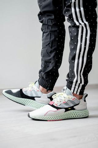 Schwarze Adidas Hose mit weißen Streifen