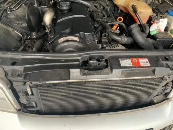Wo finde ich die Ablassschraube, um das Kühlmittel aus dem Kühler zu lassen, Audi A4 B5?