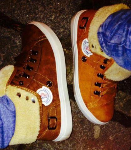 Das sind zwei unterschiedliche Schuhe einmal hellbraun und dunkelbraun. - (Schuhe, Herren)