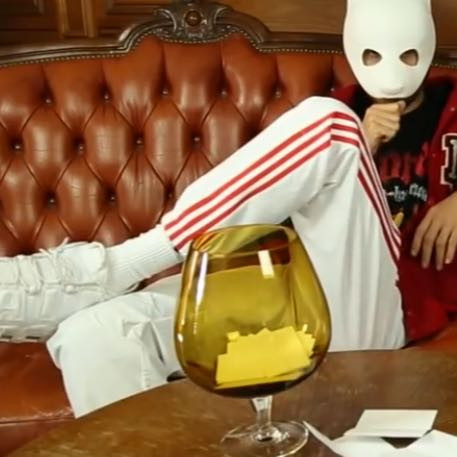 Wo finde ich diese Weiße Adidas Jogginghose mit Roten
