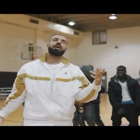 Wo finde ich diesen Trainingsanzug den Drake im Video trägt?
