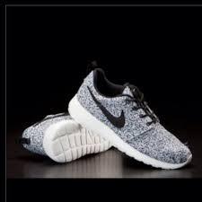 Roshe Run Weiß Mit Schwarzem Nike Zeichen