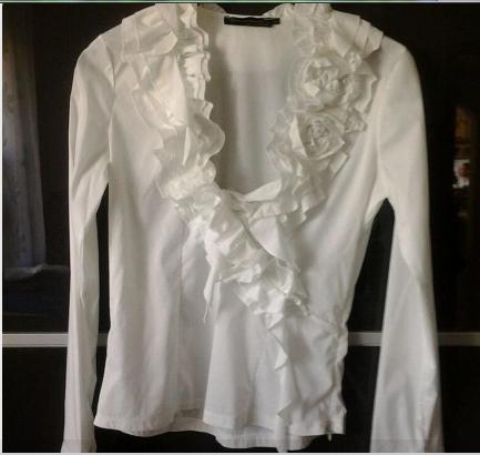 6ed2386dc45c Wo gibt es diese schöne weiße Rüschen-Bluse