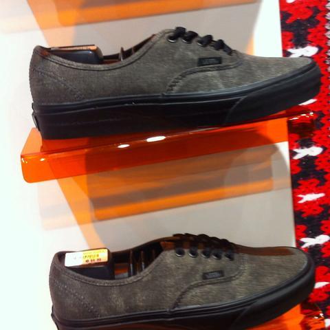 Grauer Stoff und schwarze Sohle ...ca. 60€  - (Sport, Mode, Schuhe)