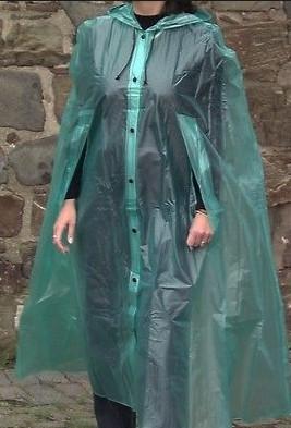 wo gibt es einen regenumhang mit schlitzen auch f r den mann zu kaufen cape umhang regenschutz. Black Bedroom Furniture Sets. Home Design Ideas