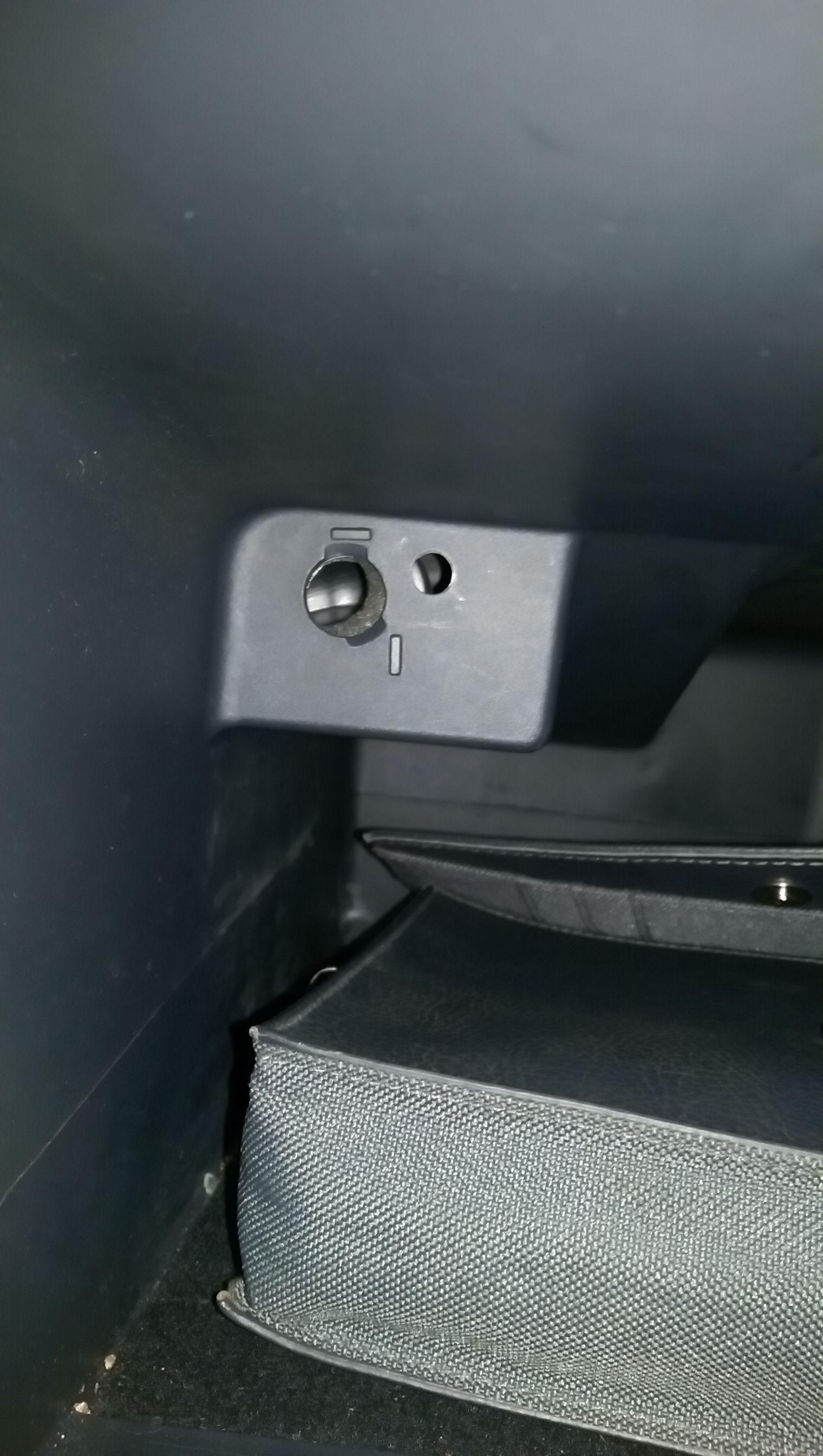 Wo ist der Aux Anschluss beim Renault Megane 2 (Kombi)? (Musik, Auto)