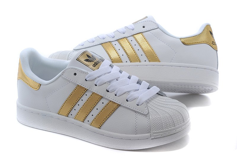 wo kann man adidas superstar schuhe in wei mit goldenen streifen kaufen kleidung sneaker. Black Bedroom Furniture Sets. Home Design Ideas