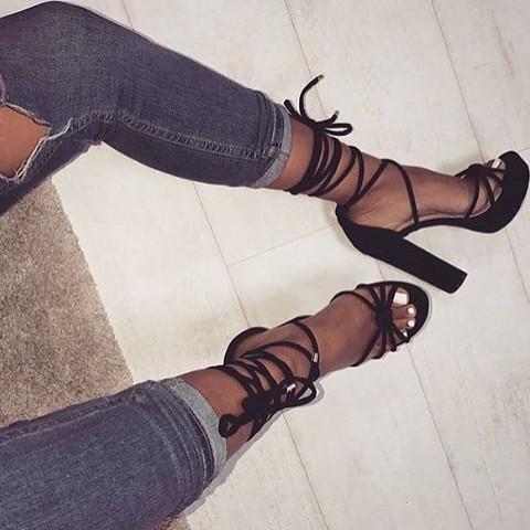 Schwarz geschnürte high heels  - (schwarz, High-Heels, Schnürung)