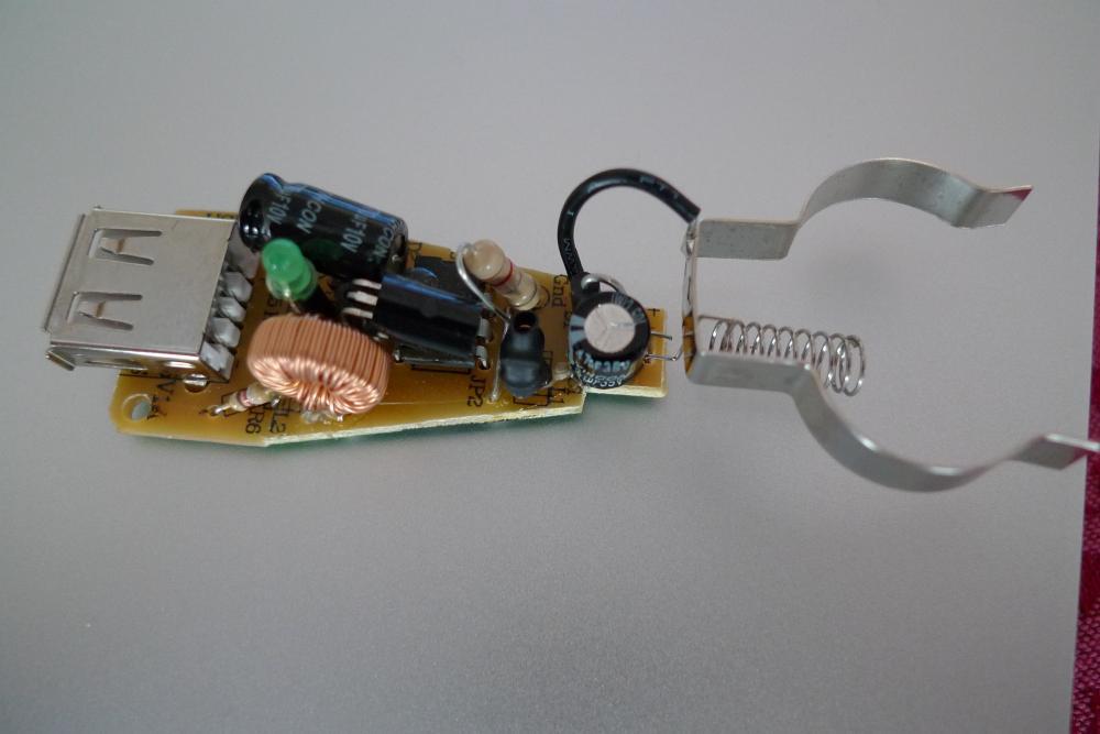 wo kommt bei einem auto ladeger t f r 12v zigarettenanz nder der strom rein elektronik adapter. Black Bedroom Furniture Sets. Home Design Ideas