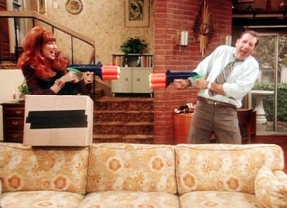 """Woher kriege ich die gleiche Couch wie in der Serie """"eine schrecklich nette familie""""??"""