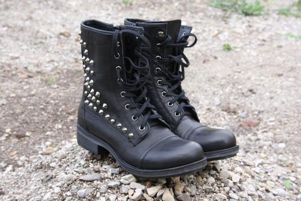 Ich würde gerne genau so welche Stacheln kaufen :-) - (Schuhe, Klamotten, Jacke)