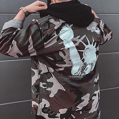 Womit kann ich diese Camouflage-Jacke kombinieren?