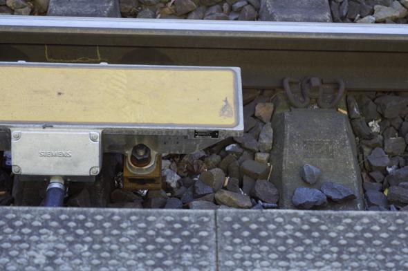 Wozu dient dieser Gleismagnet (PZB), warum genau 500 Hz, wie erzeugt er diese, ist das ein Indusi-Gleismagnet, warum befindet er sich genau am Bahnsteig (HP)?