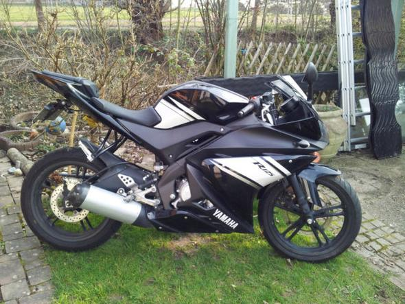 yamaha yzf r125 l sst sich dieses verkleidungsteil. Black Bedroom Furniture Sets. Home Design Ideas