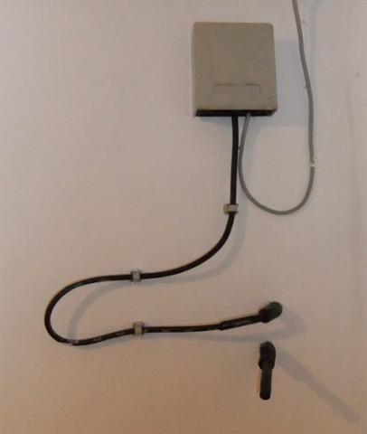 """Ist das schwarze ein TV-Kabel unterhalb der """"POST-Dose""""? - (Internet, Kabel-TV, av-kabel)"""