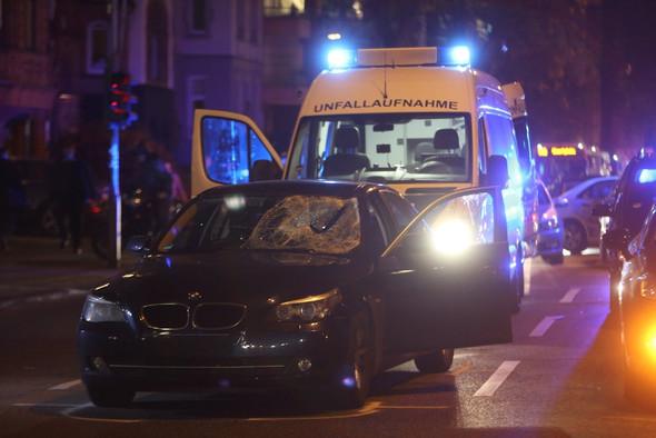 Ziviles Polizeifahrzeug nach einem Unfall mit Radfahrerin Köln - (Recht, Polizei, Sicherheit)