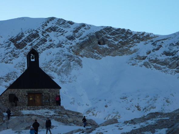 Bild mit Kirche (Öffnung in der Felswand rechts oben) - (Natur, Bayern, Berge)